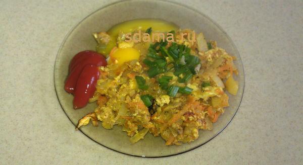 Жареный лук с яйцом