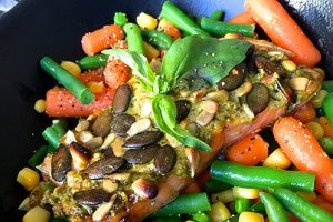 Лосось с песто и овощами